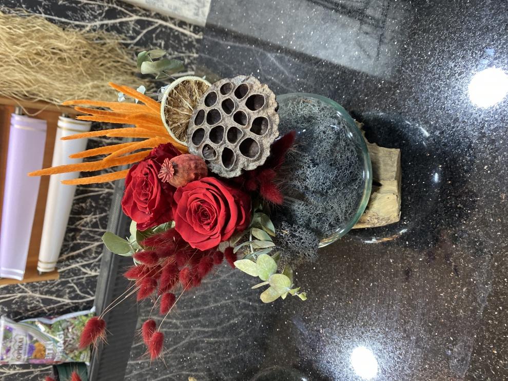 dekoratif ahşap vazoda solmayan gül