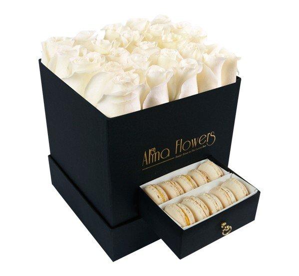 kutuda beyaz güller ve enfes makaron
