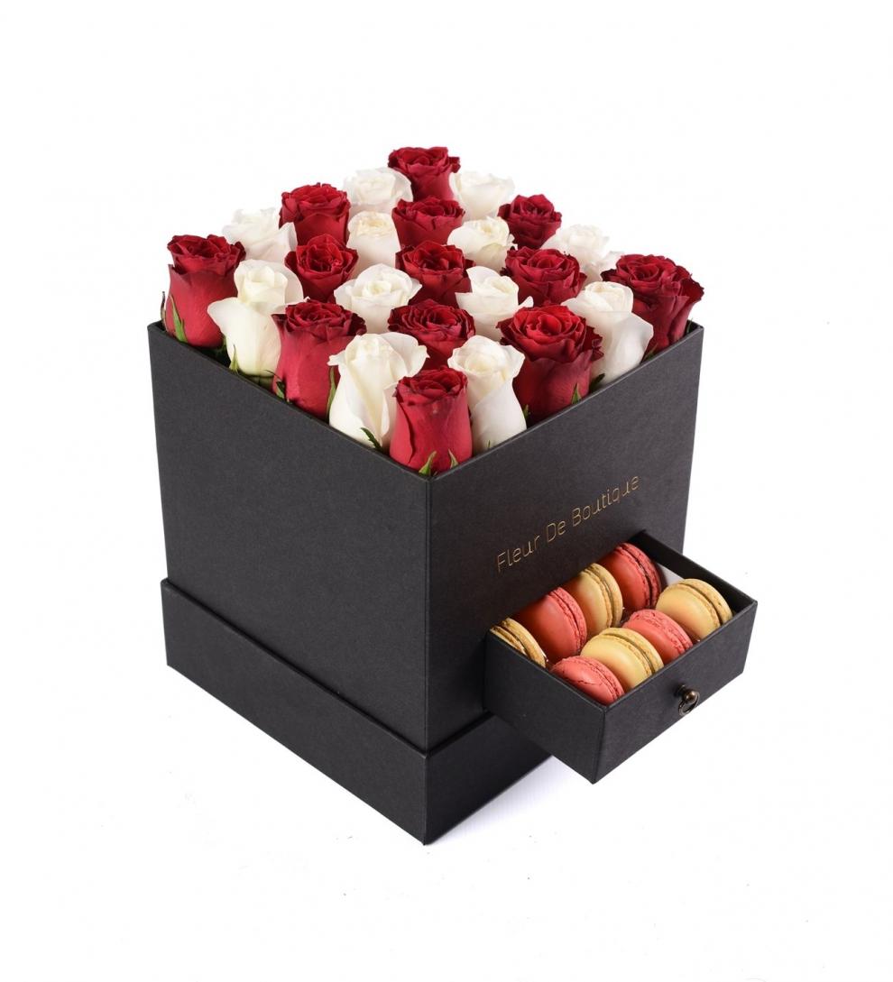 siyah kare kutuda kırmızı beyaz güller ve makaron