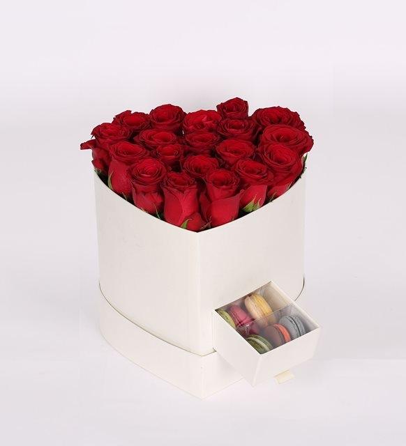 beyaz kalp kutuda kırmızı güller ve makaronlar