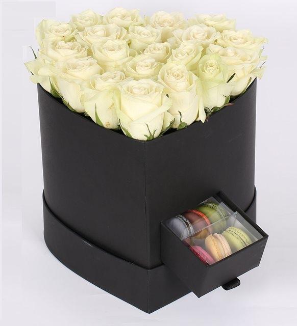 siyah kalp kutuda makaron ve beyaz  güller