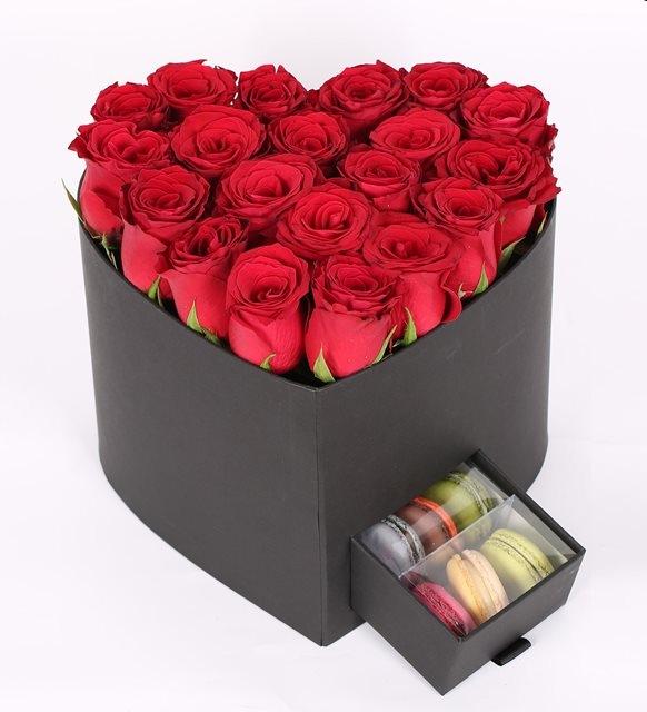 siyah kalp kutuda makaron ve güller