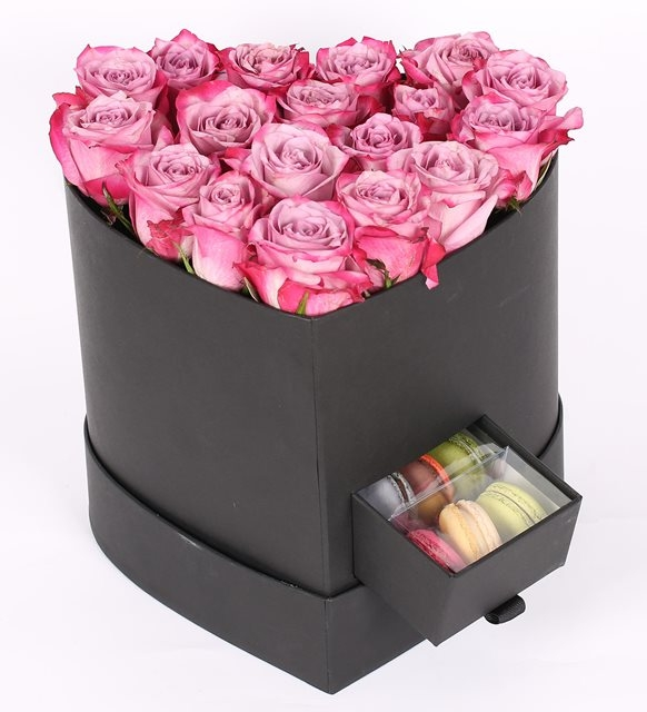 siyah kalp kutuda lila renk gül ve makaronlar