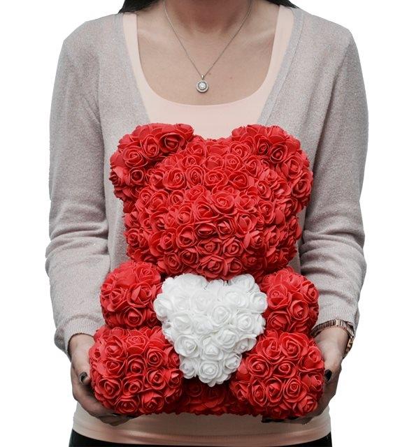 solmayan güllerle sevimli kalpli ayıcık
