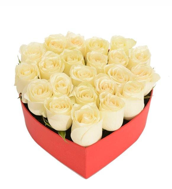 kırmızı küçük kalp kutuda beyaz güller