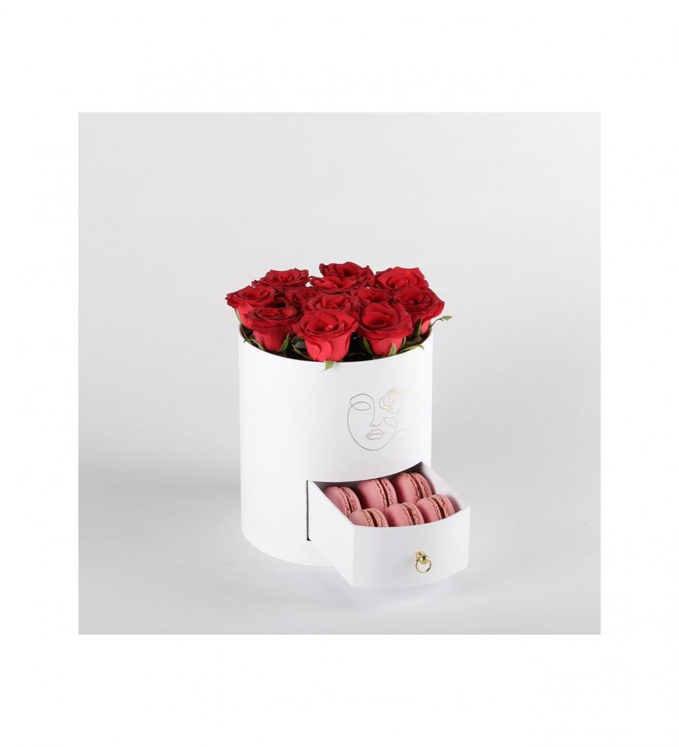 silindir kutuda makaron ve güller