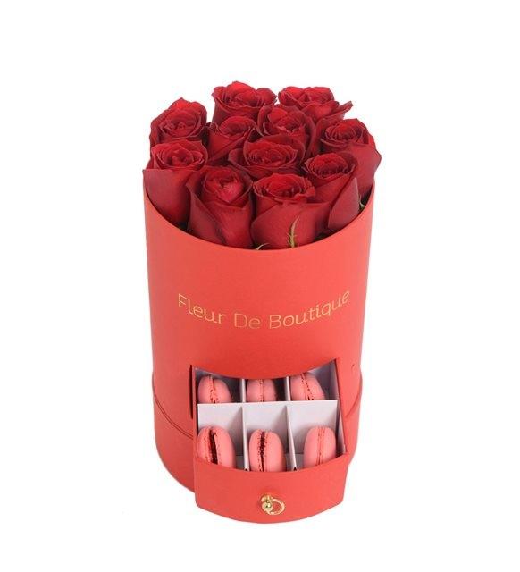 kırmızı çekmeceli kutuda makaron ve güller
