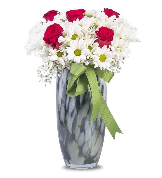 şık vazoda papatya güller