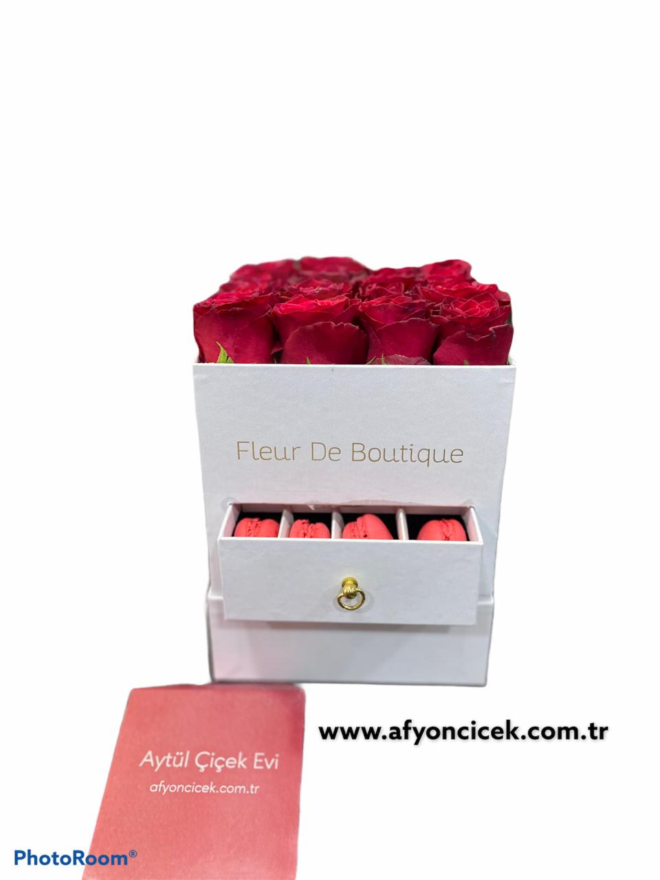 beyaz kare kutuda makaron ve güller