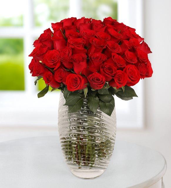 100 kırmızı gül vazoda